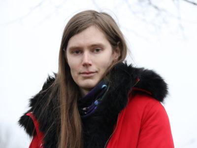 Alice i röd kappa utomhus