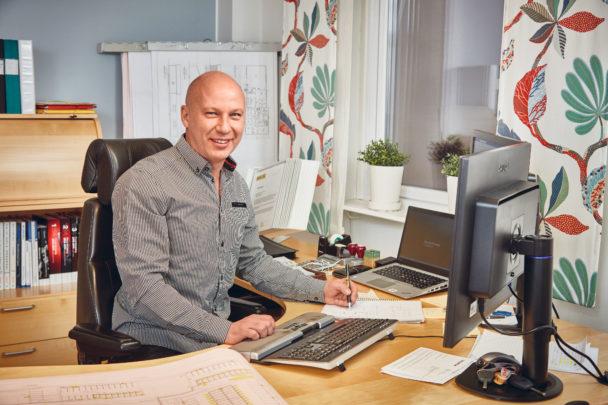 Peter Bengtsson vid ett skrivbord