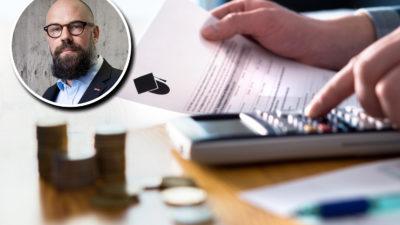 Ett par händer som håller i ett kontrakt med en studentmössa på, och en miniräknare. Framför på bordet ligger travar med mynt. En bild på Daniel Suhonen är monterad över.