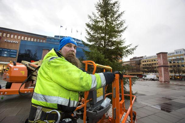 Patrik Jansson uppe i skyliften vid granens topp
