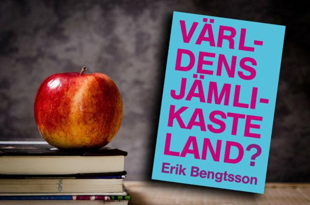 """Ett äpple som liggen på en trave böcker, med omslaget till boken """"Världens jämlikaste land?"""" monterat över."""
