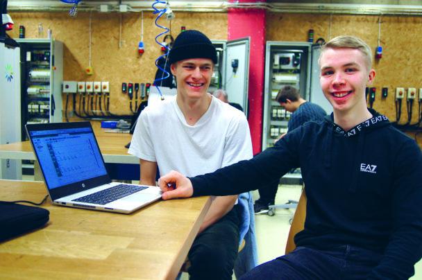 Casper Fröding och Alfred Elg vid en laptop i ett klassrum