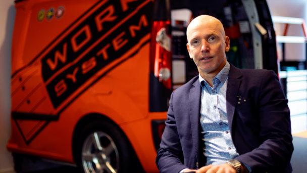 Bengt Rimark framför en röd skåpbil