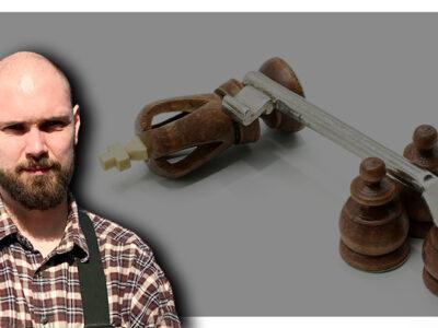 En bild på Johannes Regell penna monterat över en bild på tre schackbönder som fällt en kungapars med hjälp av en stor nyckel
