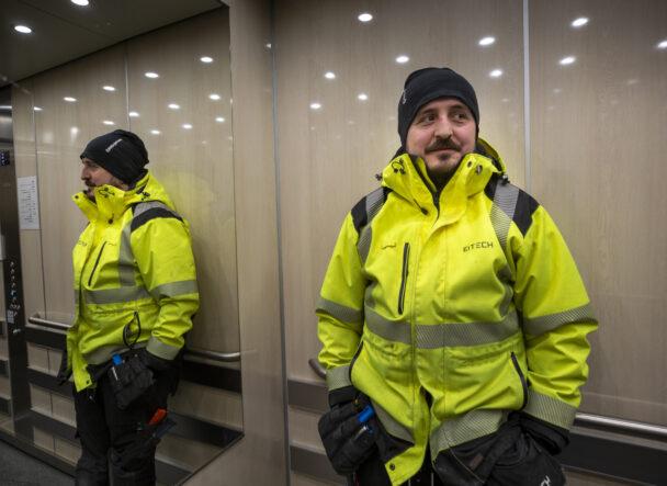 Amir Vatic I gul reflexjacka framför en stor spegel