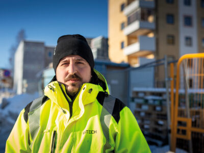 Amir Vatic I gul reflexjacka framför ett bygge