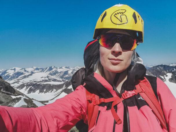 Emma framför ett vidsträckt bergslandskap