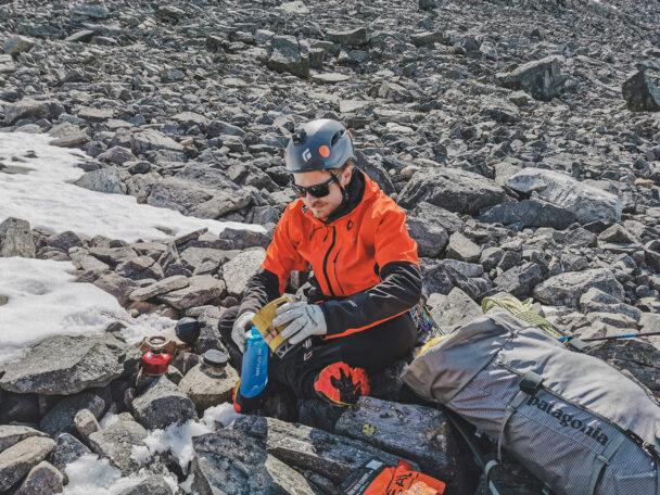 Anton Levein sitter och vilar på en stenslätt