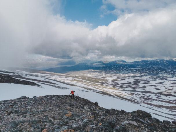 Ett vidsträckt bergslandskap med moln