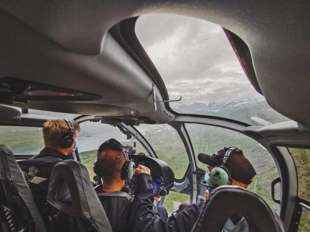 En grupp personer i en helikopter