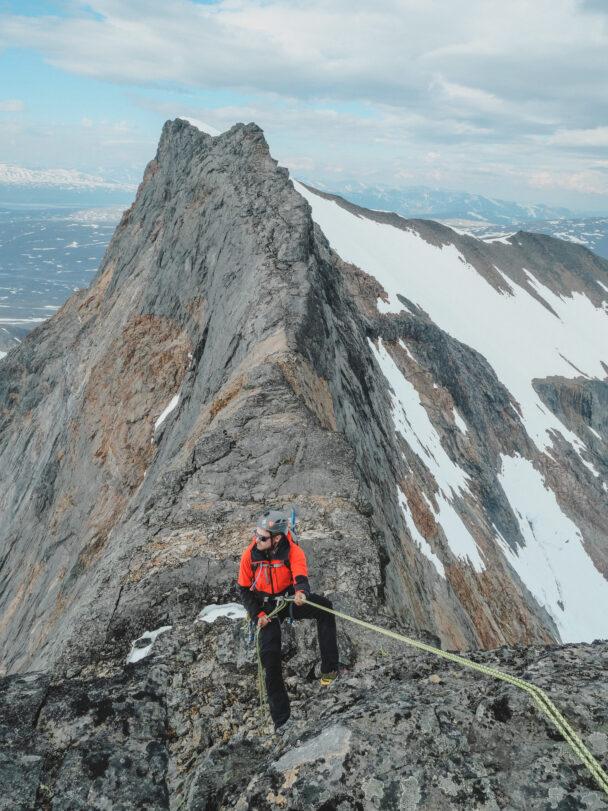 En person klättrar på en klippvägg med säkerhetslina