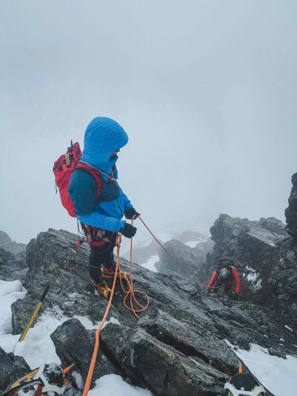 Personer som klättrar upp för ett stup med säkerhetslinor