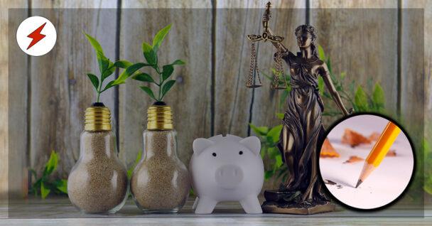 Två glödlampor fyllda med sand, som det växer blad ur, en spargris och en staty av rättvisans gudinna med våg och svärd