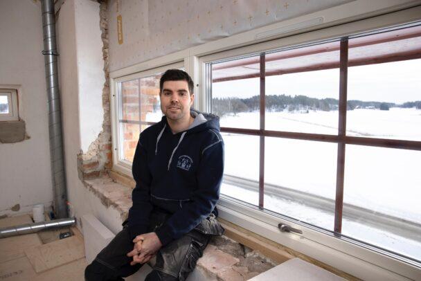 Jonas Isacsson sitter i ett av tornets fönster
