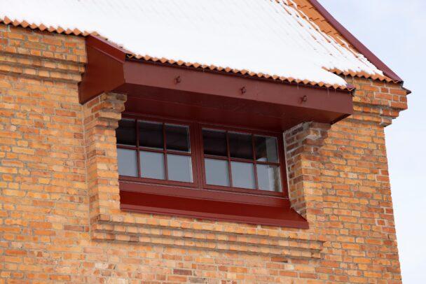 Ett fönster i tegelfasaden på tornet.
