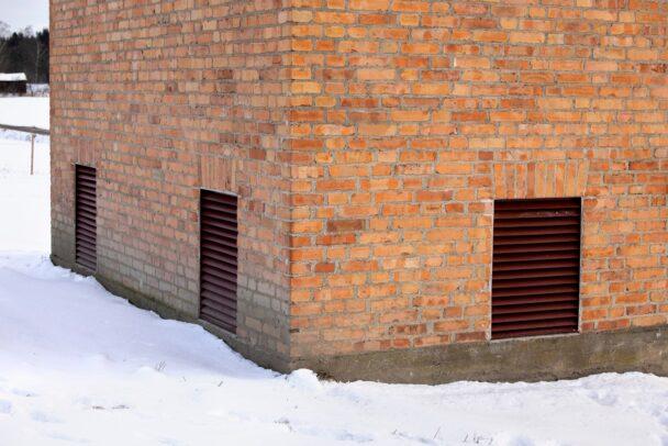 Utsidan på telgeltornet, inzoomat på ventilationsluckorna längsmed marken