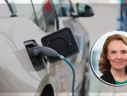 En elbil som tankas, med ett foto på Cecilia Routledge monterat över