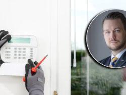 En bild på Richard Ogård monterad över en bild på de handskklädda händerna på en person som installerar ett hemlarm
