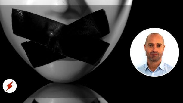 En bild på Tomas Winter, monterad över en svartvit bild på en porslinsmask med förtejpad mun
