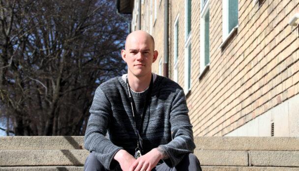 Claes Thim sitter i en trappa utomhus