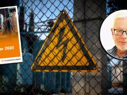 En bild på eb vild på en varningsskylt för elfara på ett gallerstängsel