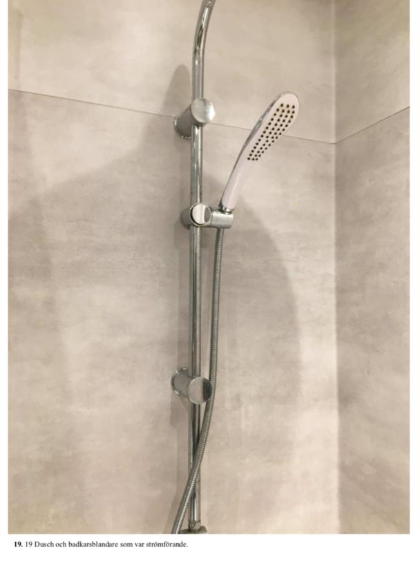 En dusch i ett badrum