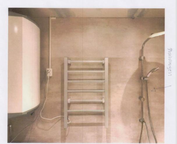 Handdukstorken i ett badrum