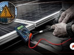 En person installerar solceller på et tak. En bild på en varningstriangel för elfara är monterad invid.