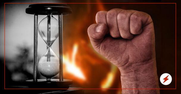 En brinnande knytnäve invid ett timglas
