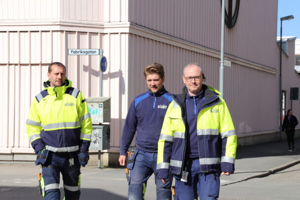 Tobias Iderfjell, Karl Kihlström och Stefan Malmborg går utomhus på en gata
