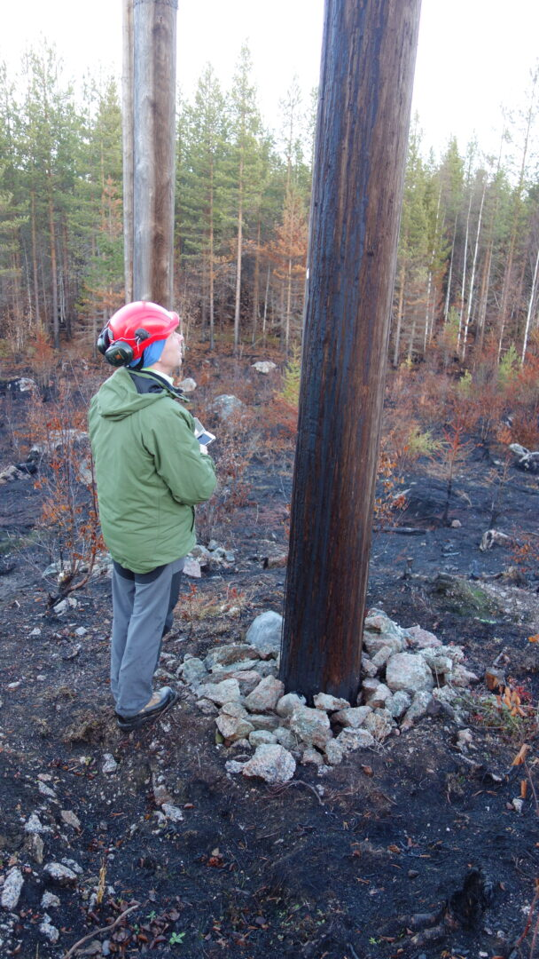 Christer Gruber tittar på en svedd elstolpe