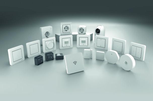 En samling knappar, eluttag och andra produkter