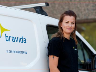 Amanda Lindqvist framför Bravidas firmabil
