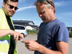 Lasse och Johan tittar på mätkvittot