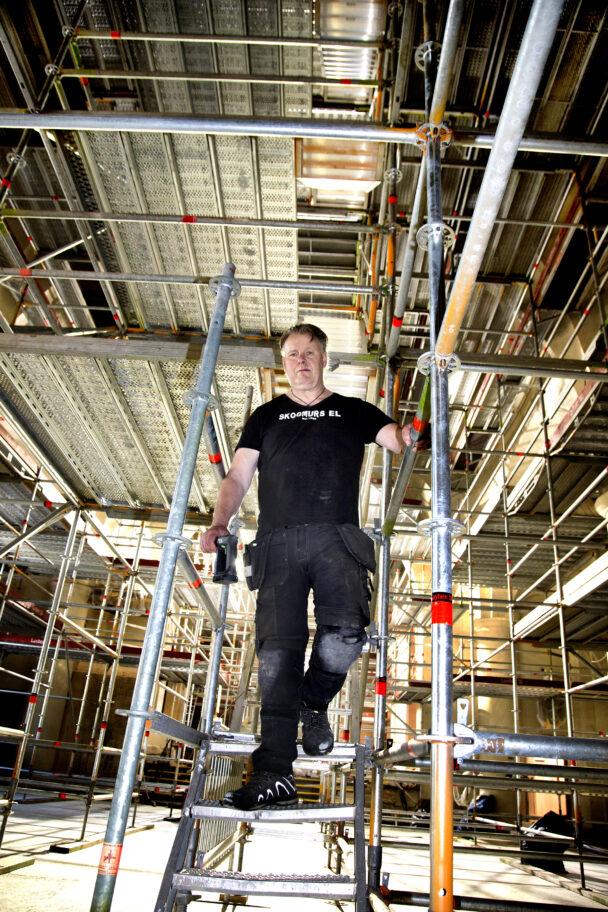 Tony Nordström uppe på en byggnadsställning