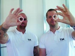 obias Hallander och Martin Strandberg håller upp en varsin ring.