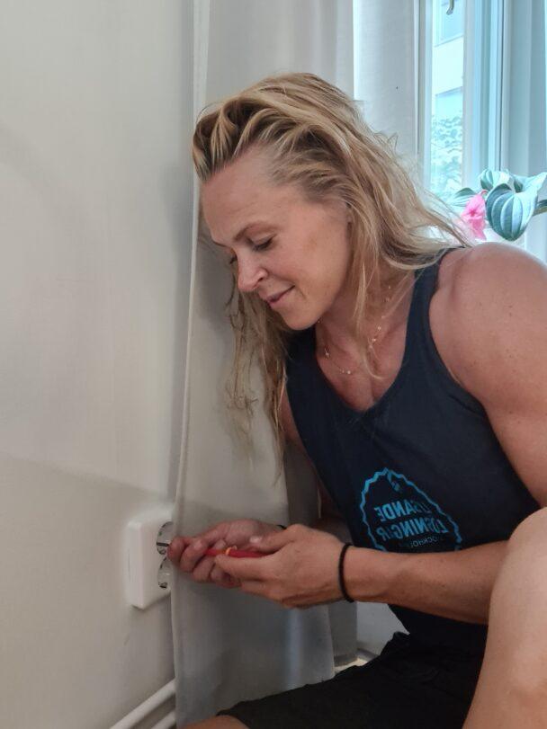 Sofia Österberg arbetar med ett eluttag