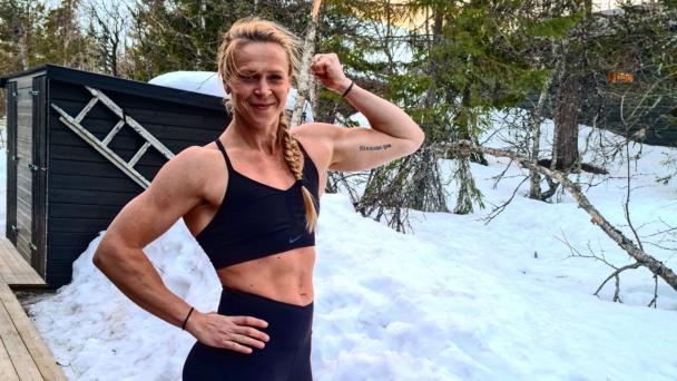 Sofia Österberg i träningskläder på en snöig veranda