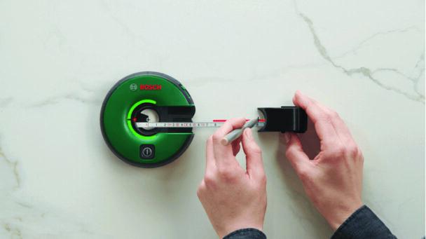 En person mäter med hjälp av lasern