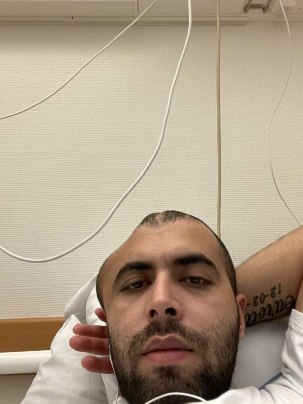 Mustafa Alahmad i sjukhussängen med skada på huvudet